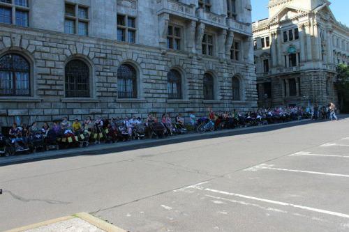 Eltern stehen Schlange vor dem Neuen Rathaus in Leipzig